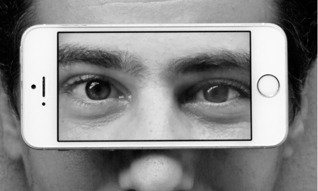 """Omniphone"", série fotográfica sobre a onipresença dossmartphones"